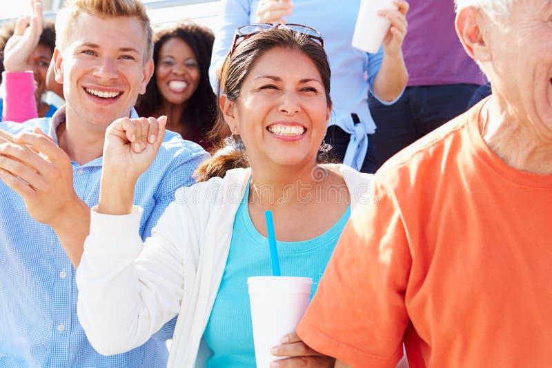 Audiencia que anima en el funcionamiento al aire libre del concierto imagen de archivo