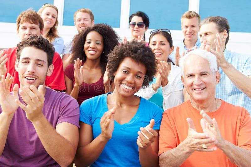 Audiencia que aplaude en el funcionamiento al aire libre del concierto fotos de archivo