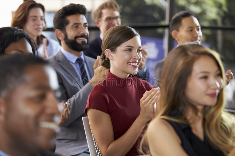 Audiencia que aplaude en un seminario del negocio, cierre para arriba imagenes de archivo