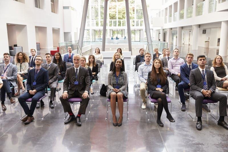 Audiencia que escucha el Presidente en la presentación de la conferencia foto de archivo libre de regalías