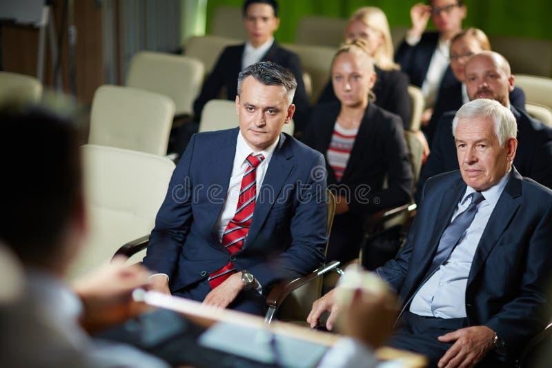 Audiencia que escucha en la conferencia imagen de archivo