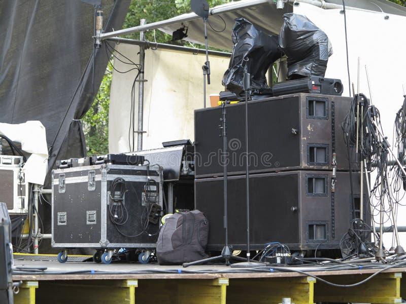 Audio altoparlanti del concerto potente, amplificatori, riflettori, fase fotografia stock