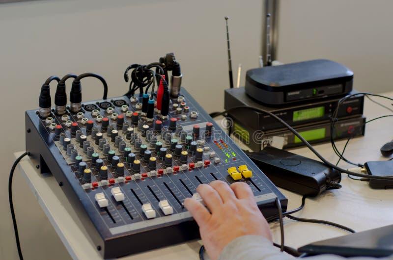 Audio attrezzatura professionale dei miscelatori immagine stock libera da diritti