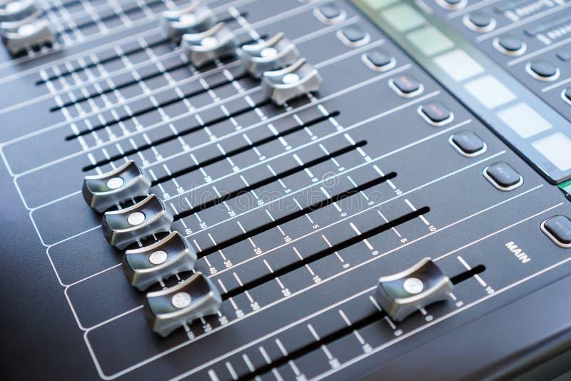 Audio bottoni, faders e cursori professionali della console di miscelazione immagini stock libere da diritti