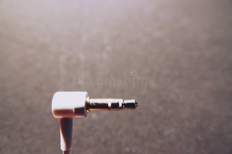 Audio cavo bianco della presa su fondo nero immagine stock libera da diritti