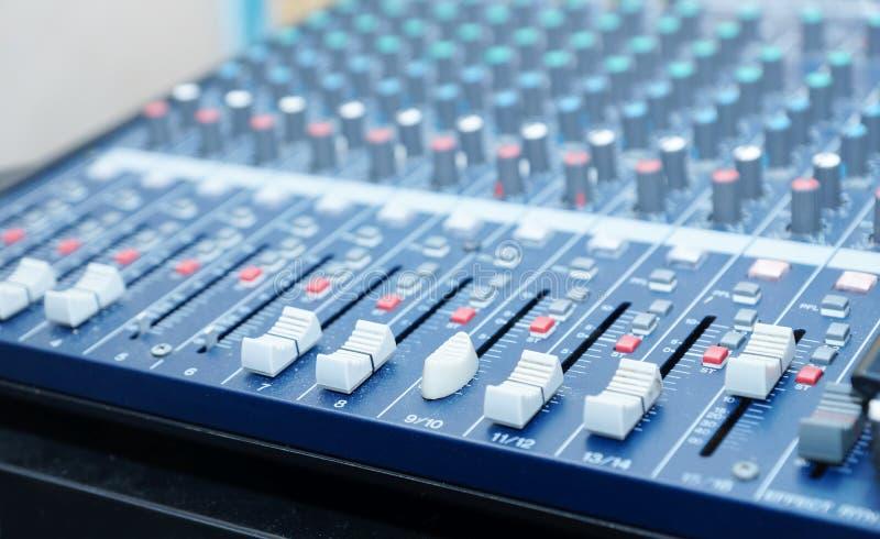Audio console professionale di miscelazione con le manopole, bottoni, cursori fotografia stock libera da diritti