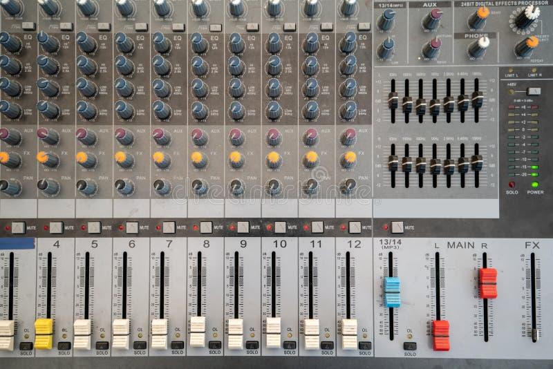 Audio controllo dell'equalizzatore del miscelatore del tecnico del suono per fondo immagini stock