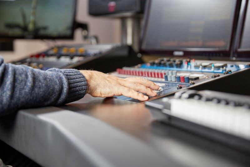 Audio die op een professionele mixer beheersen stock fotografie