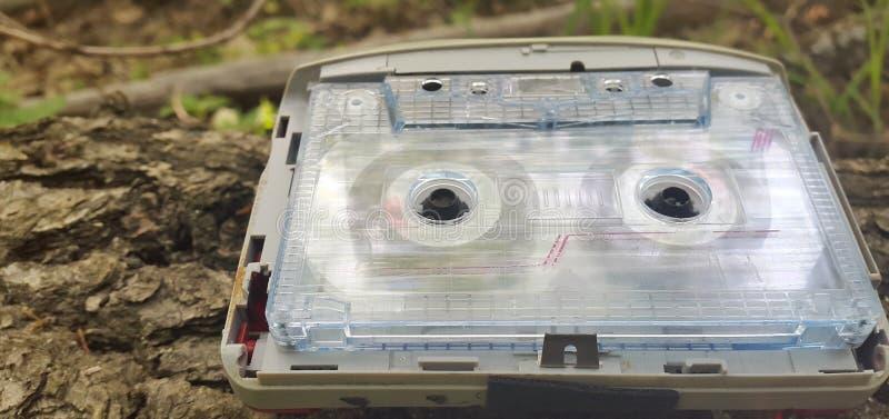 audio gracz 2000s na drewnianej barkentynie drzewo obrazy stock