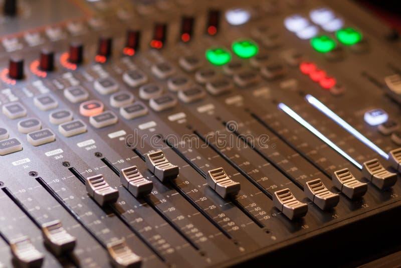 Audio het mengen zich console in studio stock foto's