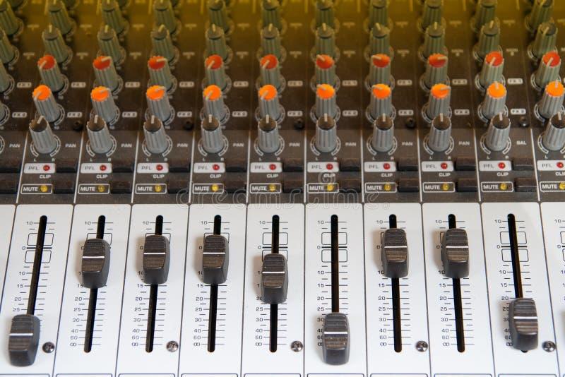 Download Audio Het Mengen Zich Lijst Stock Foto - Afbeelding bestaande uit mixing, knoop: 54091188