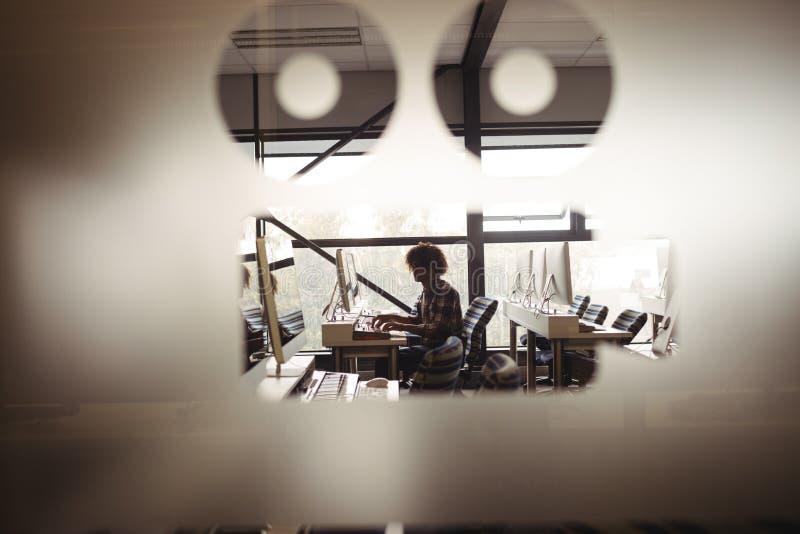 Audio ingegnere maschio che lavora allo schermo di pubblicazione digitale fotografie stock