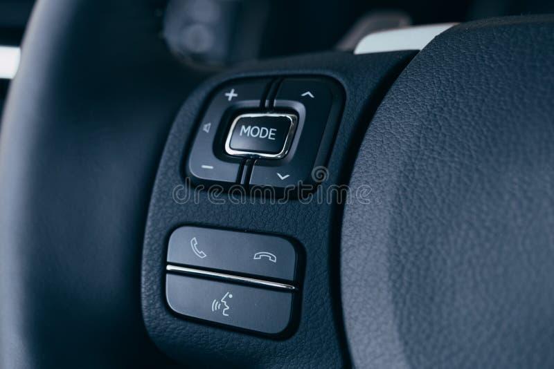 Audio kontrola zapina na kierownicie nowo?ytny samoch?d obrazy stock