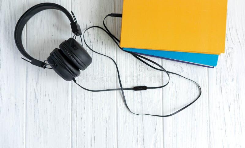Audio libri e materiali d'istruzione moderni Apprendimento a distanza Oggetti d'apprendimento a distanza Rifornimenti di banco immagine stock
