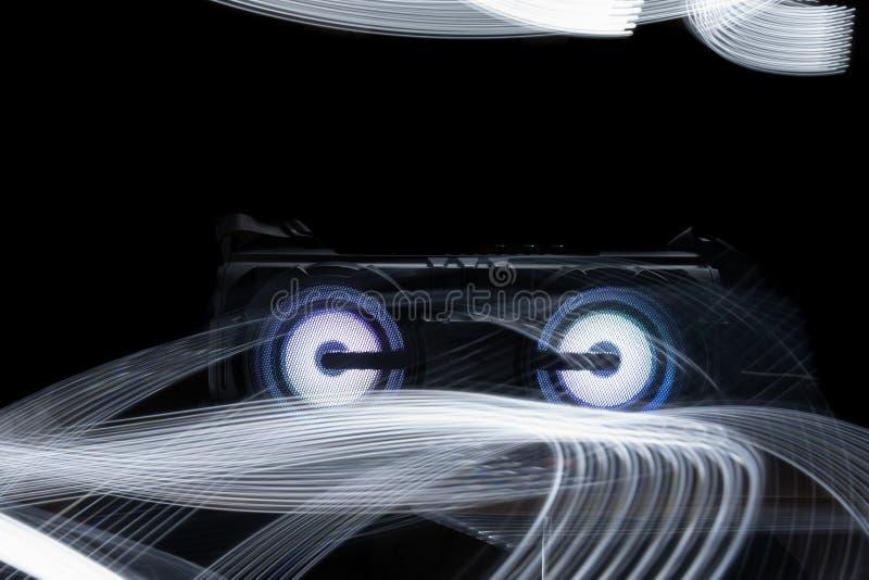 Audio mówca na czarnym tle z abstrakta światła wzorem zdjęcia royalty free