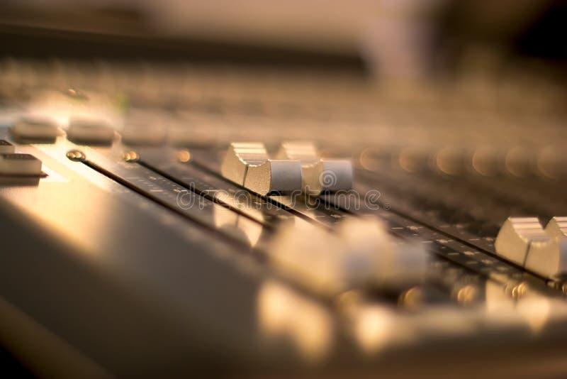 Audio melanżerów faders z zamazanym tłem obrazy stock