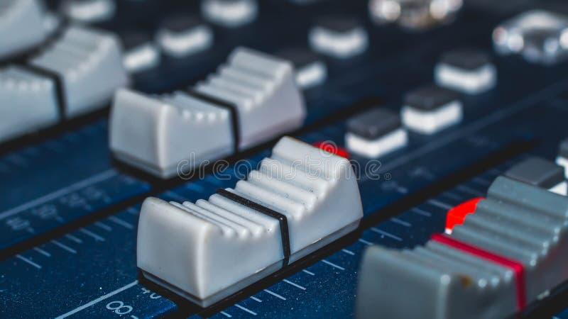 Audio melanżer, muzyczny wyposażenie, nagranie, studio przekładnie, transmituje narzędzia, melanżer, syntetyk zdjęcia stock