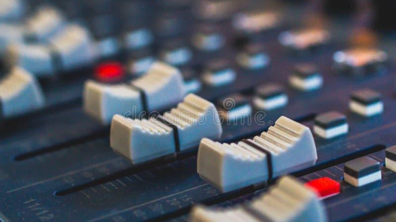 Audio melanżer, muzyczny wyposażenie, nagranie, studio przekładnie, transmituje narzędzia, melanżer, syntetyk zdjęcia royalty free