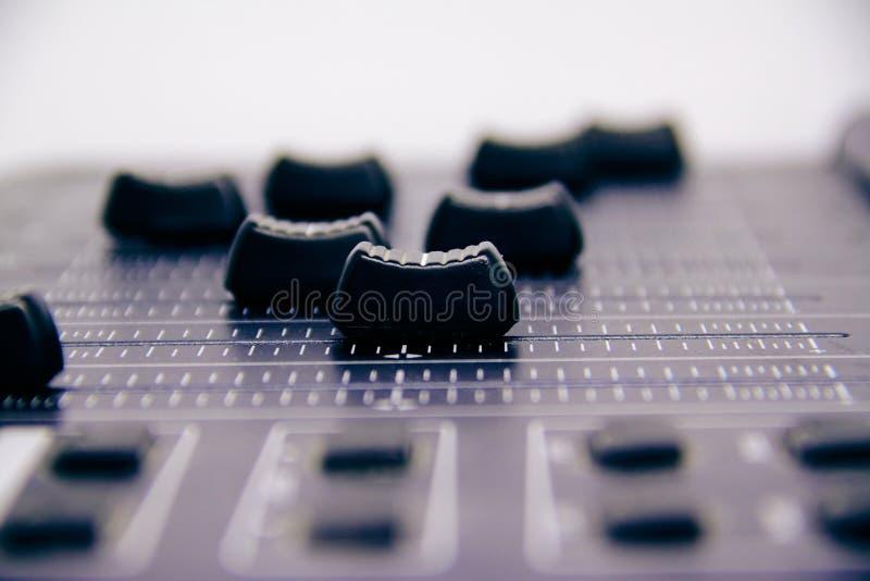Audio miscelatore, comandi mescolantesi e fader dello scrittorio, console di miscelazione di musica con gli effetti degradati per fotografia stock