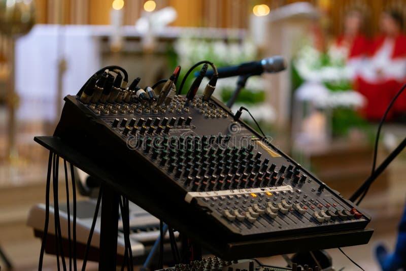 Audio miscelatore con le barre delle manopole e dello scorrevole che sono usate per regolare il suono fotografia stock libera da diritti