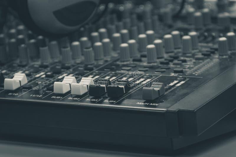 Audio miscelatore e cuffie professionali Scrittorio di miscelazione, scheda audio fotografia stock