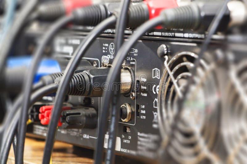 Audio presa e cavi collegati all'audio miscelatore, attrezzatura del DJ di musica al concerto, festival, barra immagine stock libera da diritti