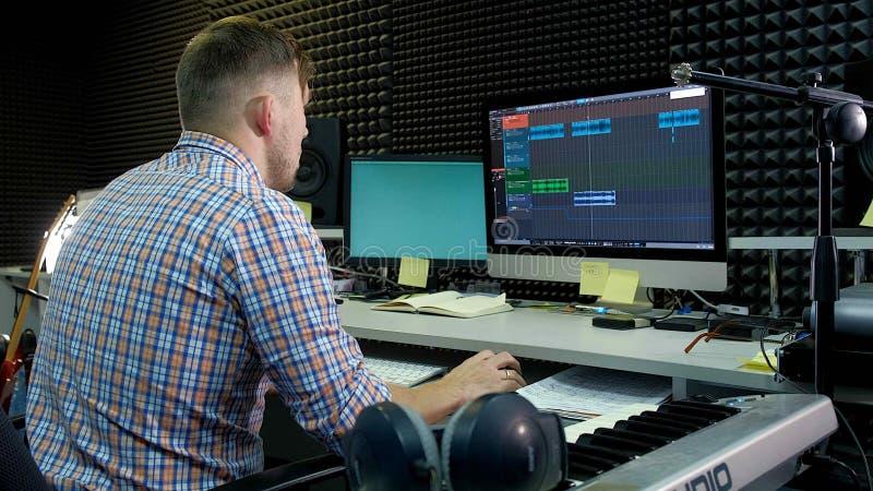 Audio redaktor pracuje na audio śladzie w pracownianym dźwięku obrazy stock