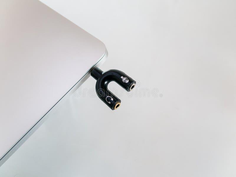 Audio rozłupnik 3 5mm U kształt Dla mikrofonu i hełmofonu w laptopie zdjęcia royalty free