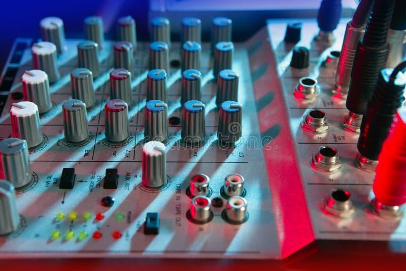 Audio scrittorio di musica del miscelatore nell'ambito degli indicatori luminosi variopinti immagini stock libere da diritti