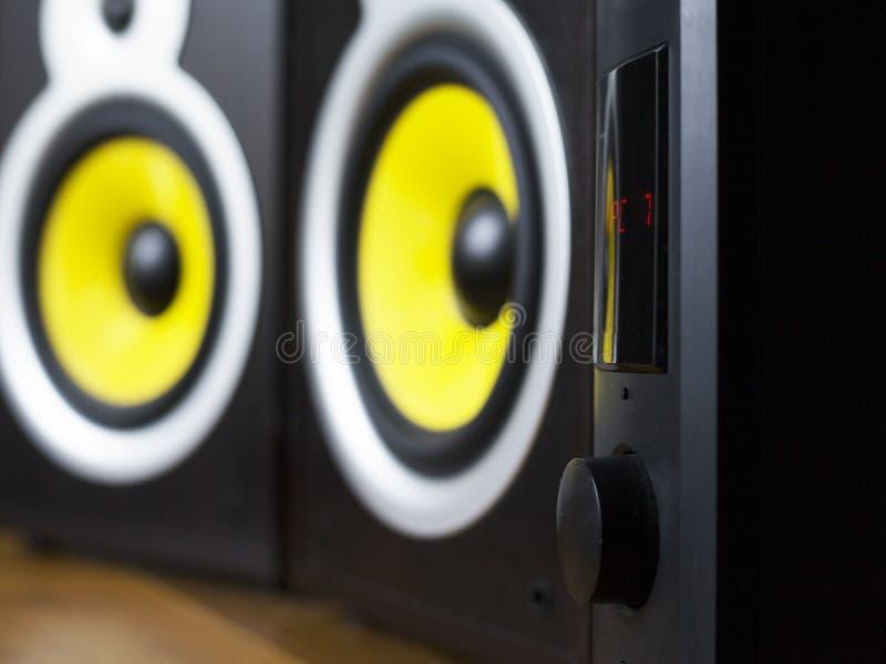Audio sistema che gioca via gli altoparlanti gialli mobili e grandi collegati al telefono fotografie stock libere da diritti
