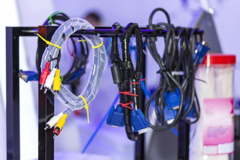 Audio- und Videogerät und anderer elektrischer Drahtverbindungsstückfall auf der Schiene stockfotografie
