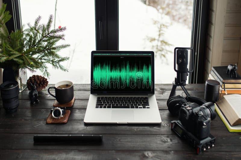 Audio-/Videobearbeitungsarbeitsplatzbüro mit Bergblick lizenzfreie stockfotos