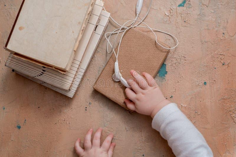 Audioboekconcept Hoofdtelefoons, koffie en boek over houten lijst Hoogste mening met ruimte voor uw tekst stock foto's
