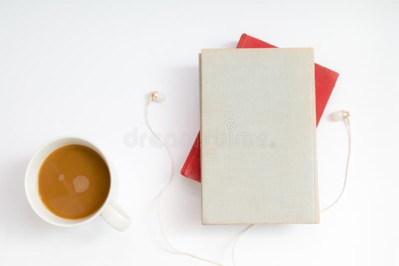 Audioboekconcept Hoofdtelefoons, koffie en hard dekkingsboek over royalty-vrije stock fotografie