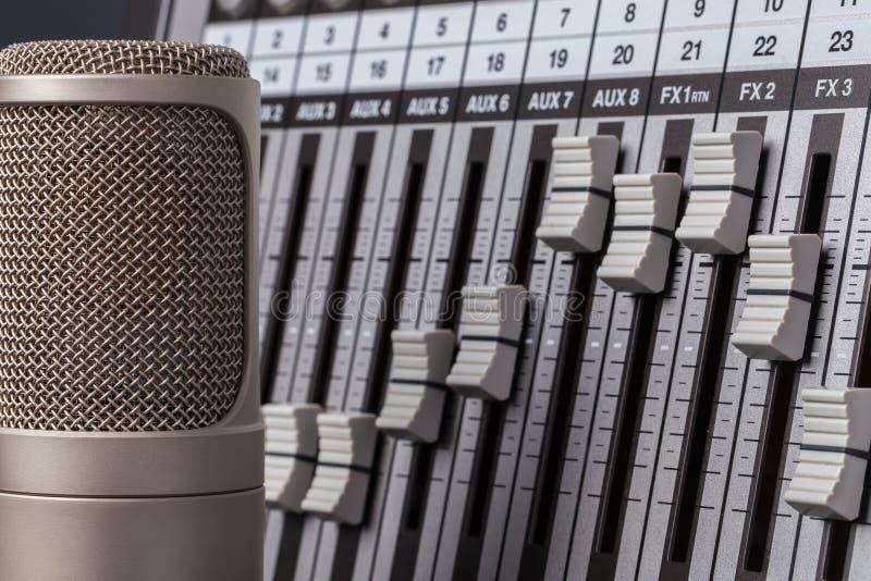 Audiocontroleapparaat Professionele micropho van de klepcondensator royalty-vrije stock fotografie