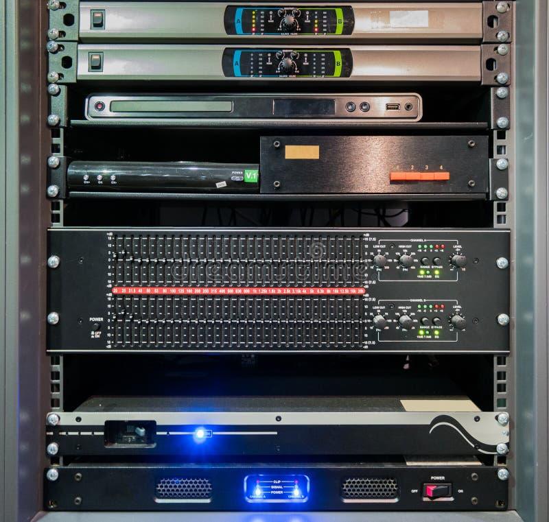 Audiogeräte oder Prüfer gestapelt im Kabinett lizenzfreies stockbild