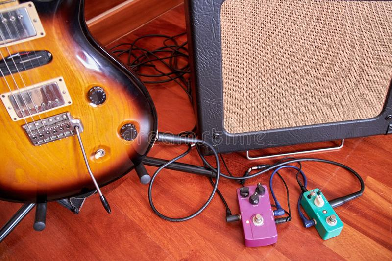Audiohauptstudio ausgerüstet mit Midi-Tastatur, -monitoren und -Soundkarte lizenzfreie stockbilder