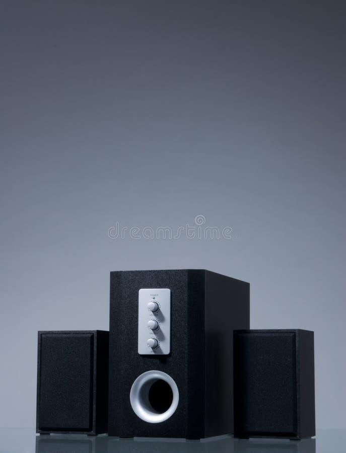 Audiolautsprecher auf grauem Hintergrund mit Reflexion stockbild