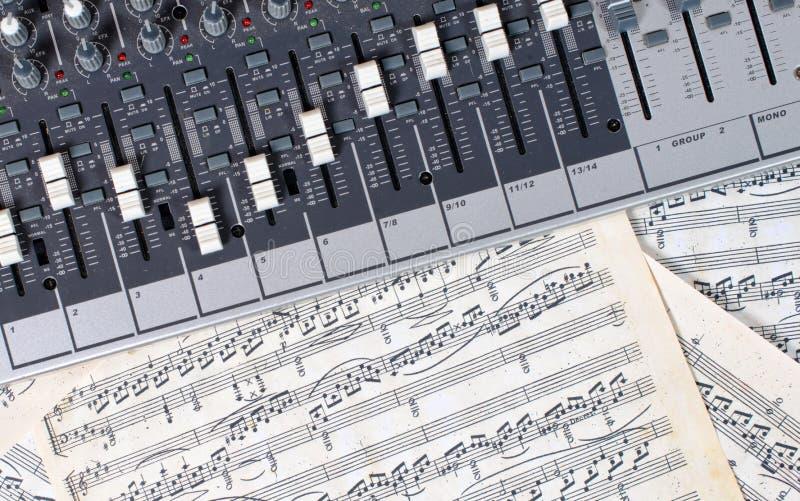 Audiomixer op oude muzikale scores stock foto's