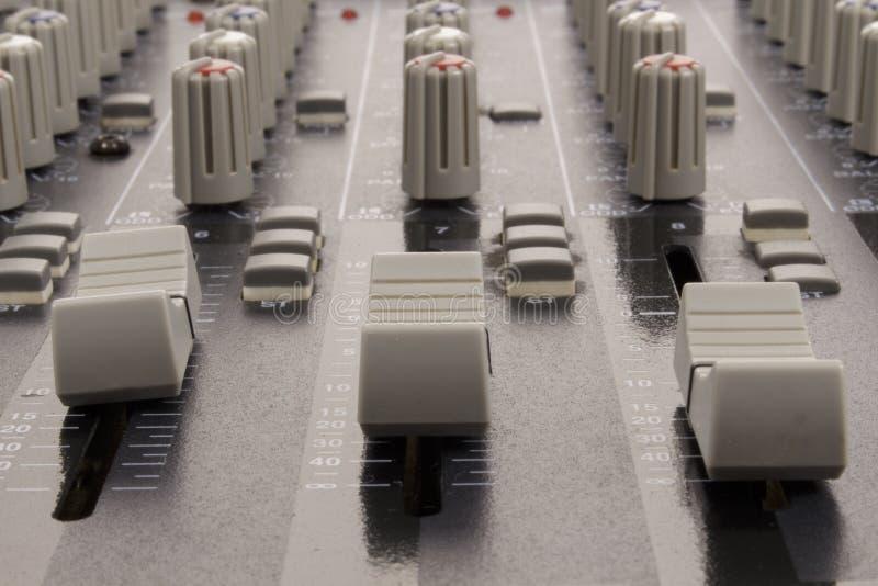 Audioschuiven van een het mengen zich console stock foto's