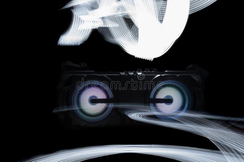 Audiosprecher auf schwarzem Hintergrund mit abstraktem hellem Muster stockfotografie