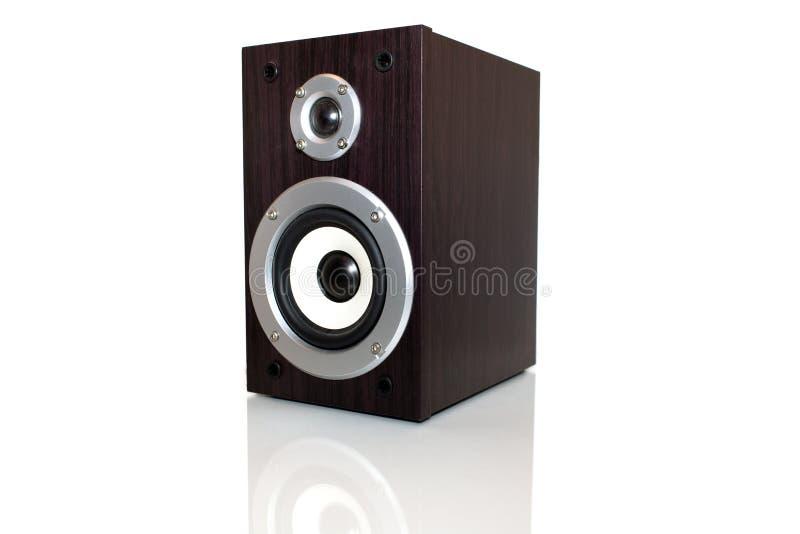 Audiosprecher in einem Holzetui Getrennt auf weißem Hintergrund lizenzfreies stockbild