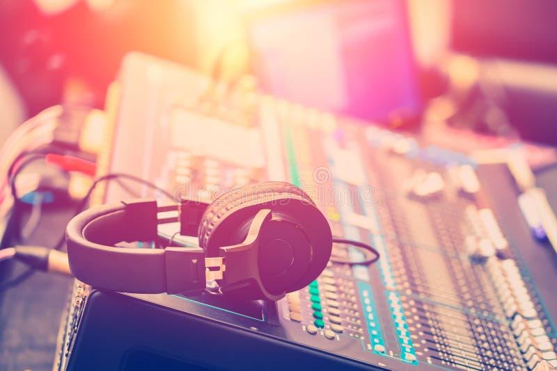 Audiotonmeister, der Berufstoningenieur justiert stockfotografie