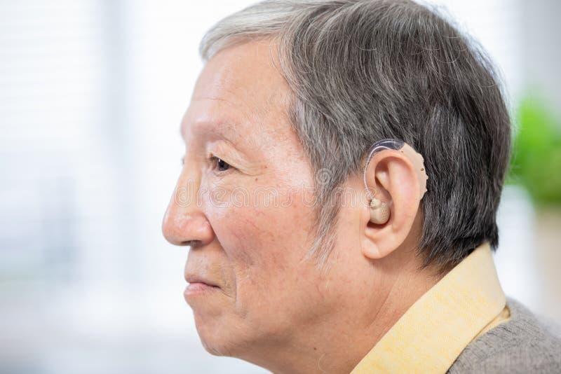 Audiphone paziente di usura dell'anziano immagini stock