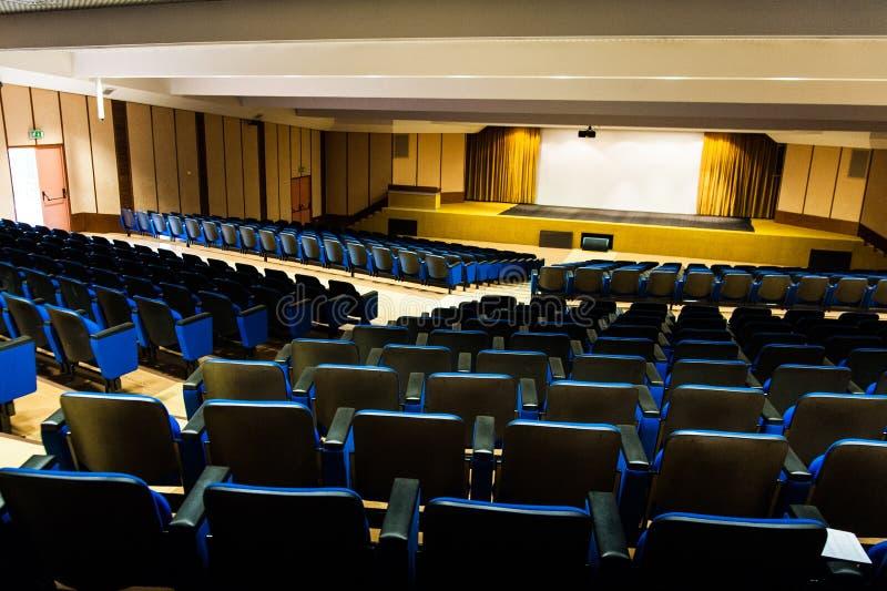 Auditório vazio com cadeiras azuis e tela prateada de cima de foto de stock royalty free
