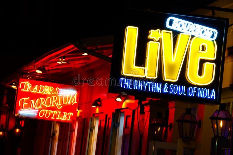 Auditórios e lojas da rua de Nova Orleães Bourbon fotografia de stock royalty free