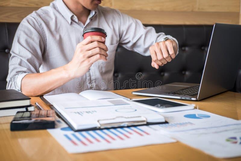 Audit travaillant de comptable d'homme d'affaires et calcul de la d?claration financi?re annuelle financi?re de bilan de rapport  photographie stock libre de droits