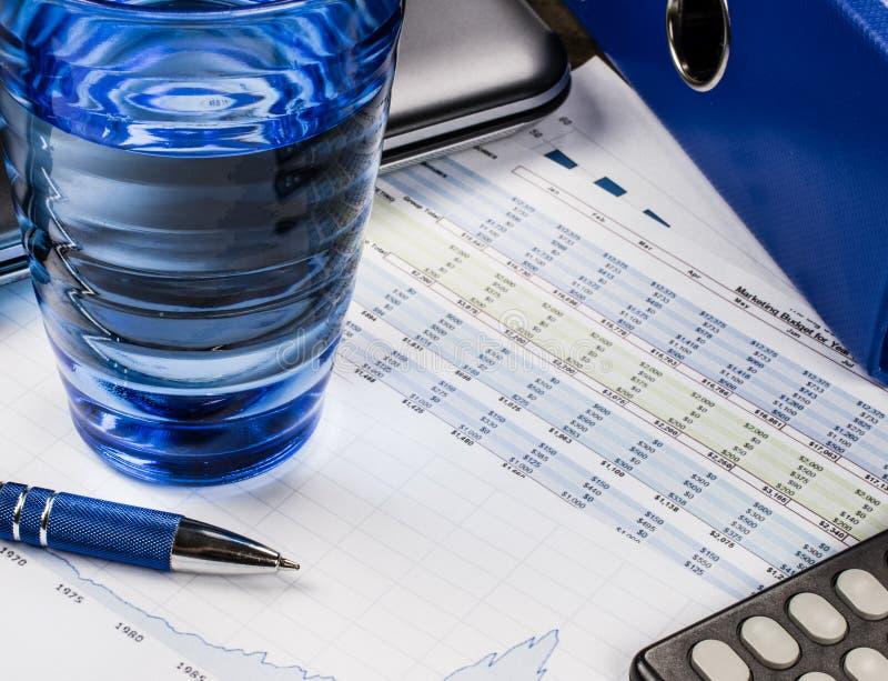 Auditant et calculant des finances, le concept bleu avec l'emballage et des graphiques images stock