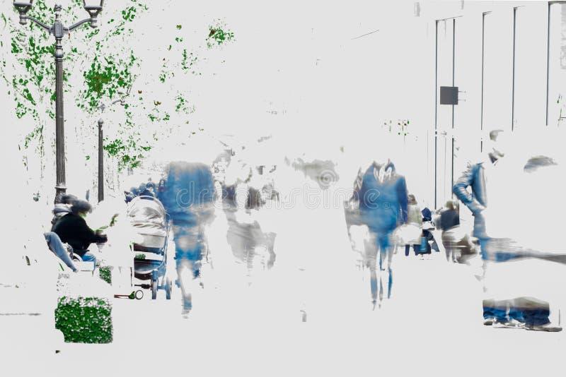 Auditeurs d'un concert-promenade abstraits de personnes de tache floue le long d'un boulevard dans la ville, clé élevée Copiez l' photographie stock