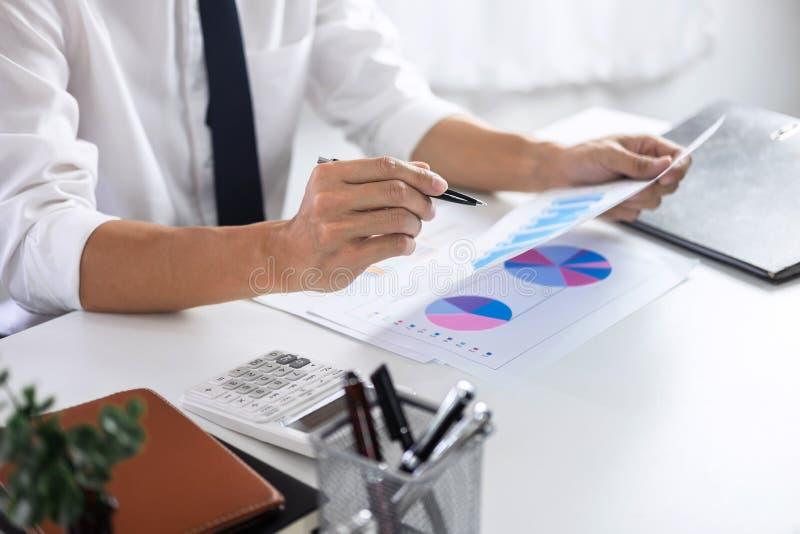 Auditoría de trabajo del contable del hombre de negocios y cálculo de datos financieros del costo sobre los documentos del gráfic imagen de archivo libre de regalías